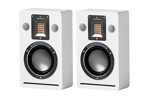 - Audiovector QR Wall vaeghojttaler, hvid