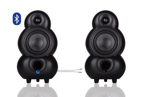 Lækkert Bluetooth streaming stereoanlæg bestående af en aktiv og en passiv MiniPod højttaler, samt Supra højttalerkabel imellem højttalerne.