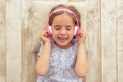 Lenco HPB-110 foldable kids Bluetooth headphone - Pink lifestyle