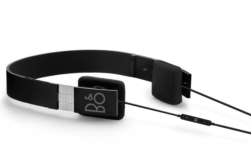 BeoPlay Form 2i er mere end et par vellydene høretelefoner. Design ikonet er nemlig bl.a. udstillet på Museum of Modern Art (MoMA) i New York.