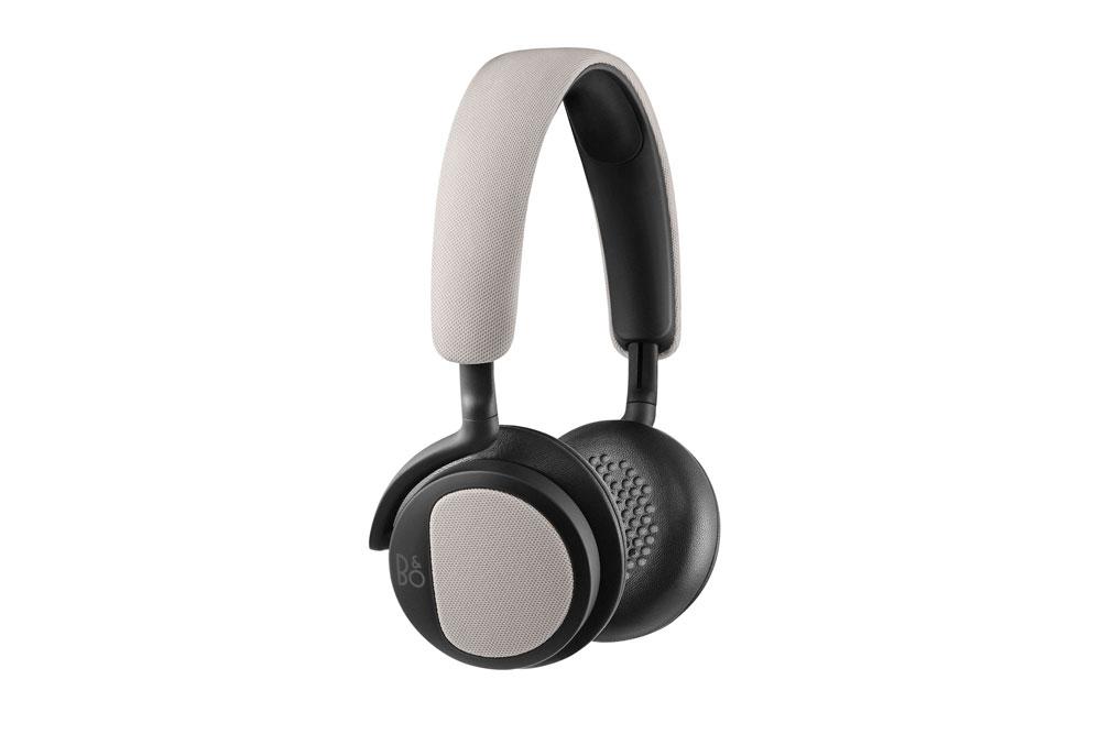 Fleksible on-ear hovedtelefoner fra B&O PLAY med uovertruffen lydkvalitet. Mikrofon og fjernbetjening findes på kablet, for nem og problemfri styring.
