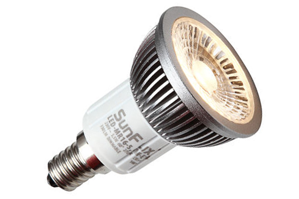 Dansk designet E14 LED spot på 5,5W og varmt hvidt lys på 2700 kelvin. Erstatter 40-50W.  Unikt halogen optik og flimmerfri dæmpning.