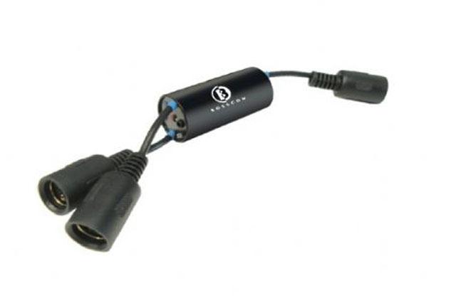 BOSSCOM Powerlink 2-in-1 switchen gør det muligt for 2 forskellige lydkilder at dele et sæt aktive powerlink B&O Beolab højttalere