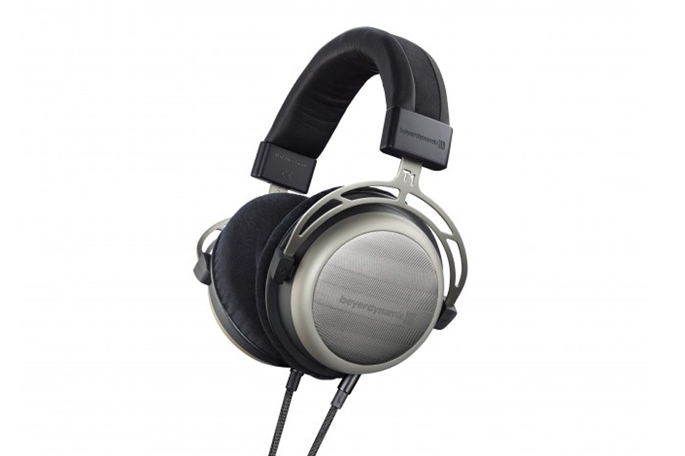 Lækre anmelderroste Beyerdynamic T1 over-ear hovedtelefoner (2. Generation) med Tesla teknologi giver dig en detaljeret og ren gengivelse af musikken