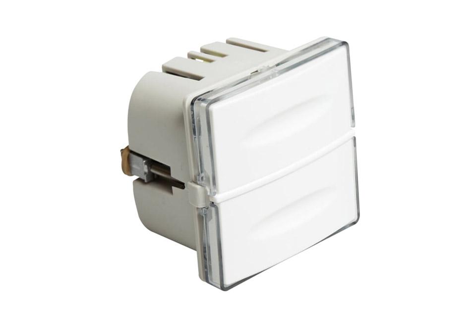 Zensehome betjeningstryk med indbygget lede/indikatorlys der kan justeres efter behov. De to knapper betjener systemets lampeudtag og stikkontakter.
