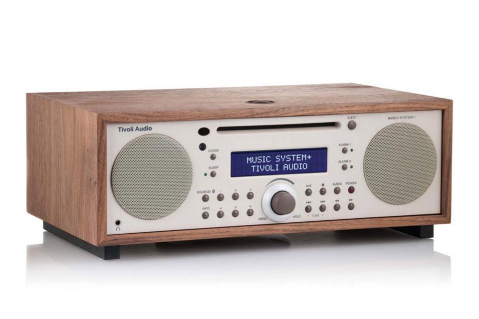 Flot stereo system med både CD, FM og DAB radio i klassisk træfinish. Stream også f.eks. fra Spotify fra telefonen via Bluetooth.
