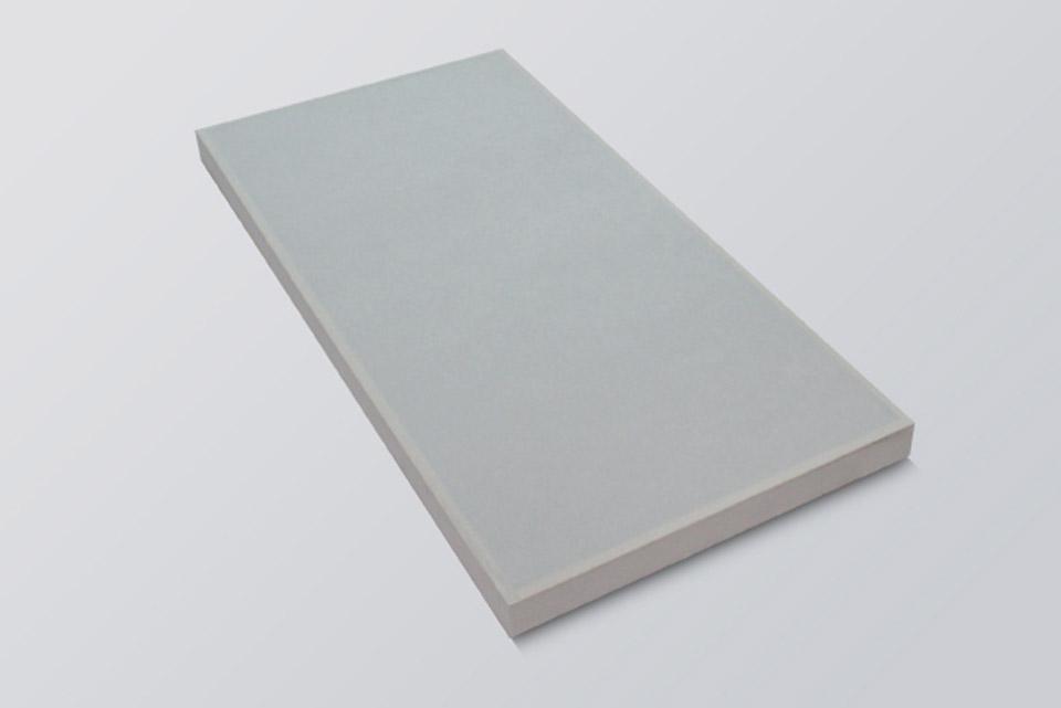 Fiber panelets neutrale design gør den nem at placere i alle rum. Det stof beklædte Polyester giver fremragende absorbering i mellem til høje frekv.