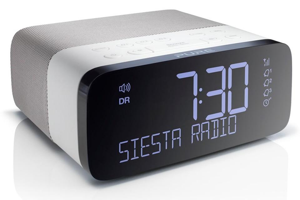 Pure Siesta Rise er en smart kvalitets clockradio med letlæseligt display med auto-dæmp, DAB+ og FM-radio samt USB-stik til opladning af din mobil