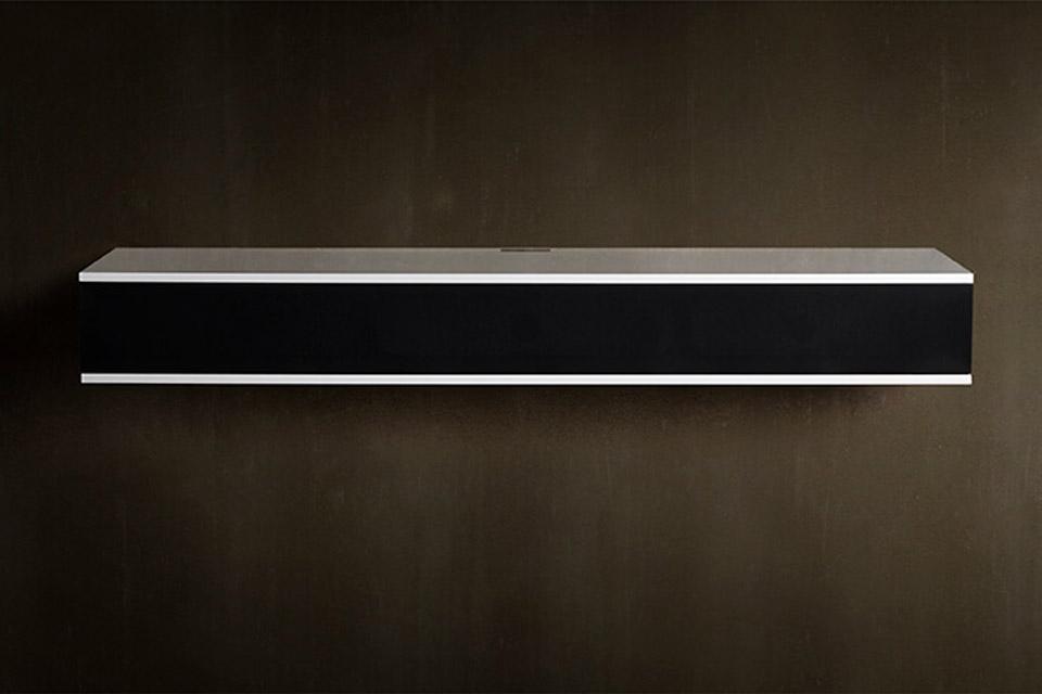 Unnu 130 V2 i den mest populære sammensætning, hvidt møbel med sort stoflåge, vægbeslag, topplade, kabelkanal og ink. kvalitets 4K HDMI kabel.