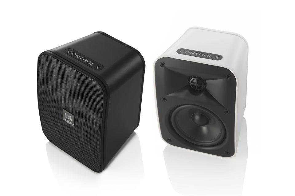 Kraftfulde stereo højttalere til både inde og ude. JBL Control X kommer i et moderne og kompakt design der passer ind i alle miljøer.