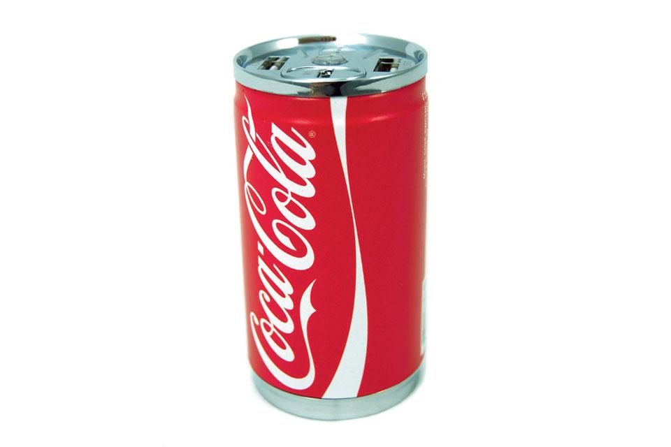 Power Bank på 7.200mAh med 2 USB A stik i et lækkert Coca Cola design. Kan lade en smartphone op til 4 gange.
