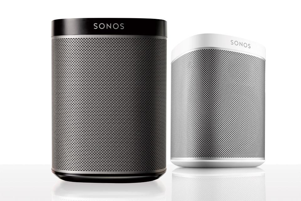 Træd ind i det imponerende og brugervenlige Sonos univers, med den populære PLAY 1. Anvend PLAY:1 alene, i stereo eller som baghøjttaler med PLAYBAR.