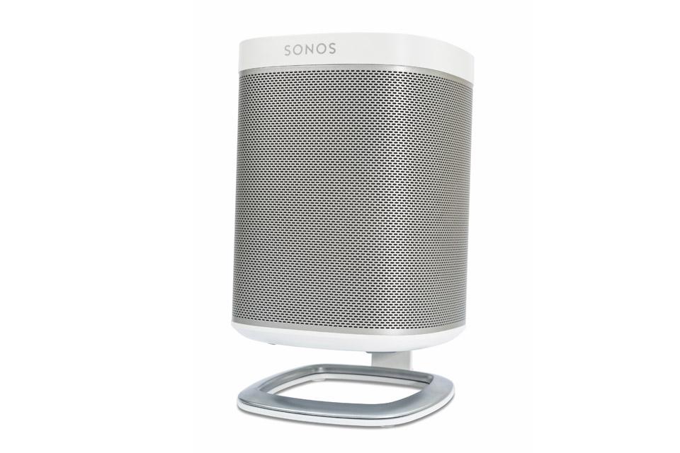 Lækker bordstander fra Flexson til Sonos PLAY 1. Denne stander minimere vibrationer og vinkler lyden mod øret for en endnu bedre lydoplevelse.
