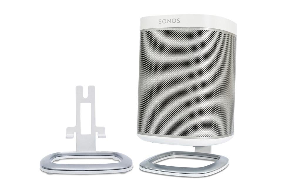 Lækkert bordstander sæt fra Flexson til Sonos PLAY 1. Standerne minimere vibrationer og vinkler lyden mod øret for en endnu bedre lydoplevelse.
