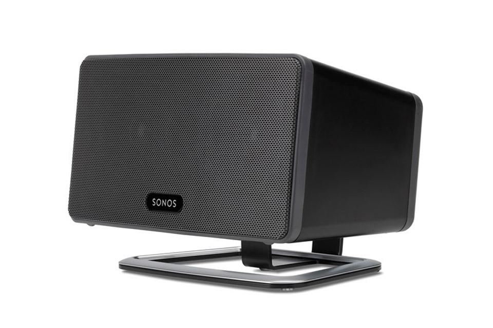 Lækker bordstander fra Flexson til Sonos PLAY 3. Denne stander minimere vibrationer og vinkler lyden mod øret for en endnu bedre lydoplevelse.