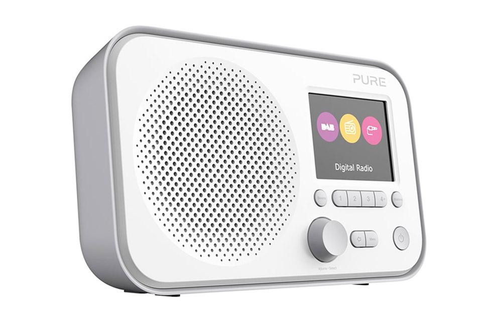 Elan E3 er en vellydene og kompakt FM/DAB+ radio fra Pure, med farvedisplay og simple betjeningsknapper, der gør det nemt at navigere rundt i menuen.