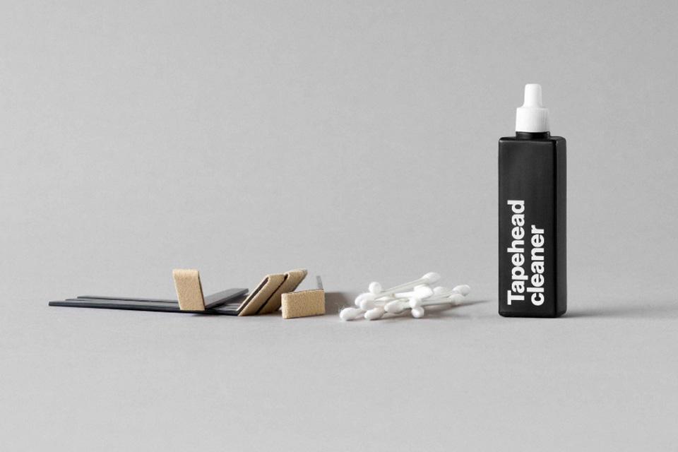 Rens og rengøring af til båndoptager og tonehoveder. Pakken består af 20 ml. Tapehead cleaner og 20 stk. rengøringsvatpinde.<br> og 5x mikrofiber filt børster.