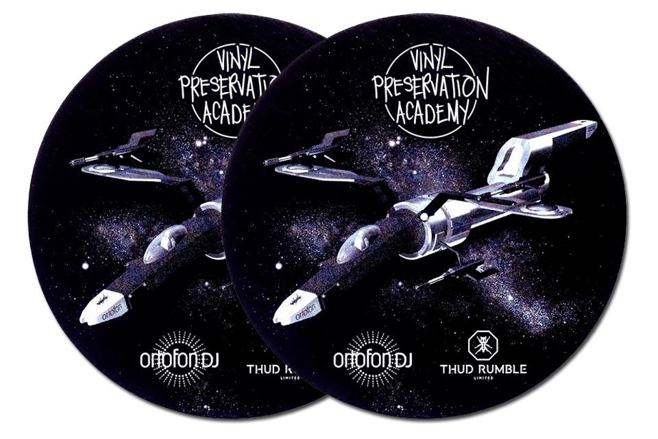 Limited Edition slipmat fra Ortofon - Q.Bert Starship slipmat kommer i en pakke med 2 stk.