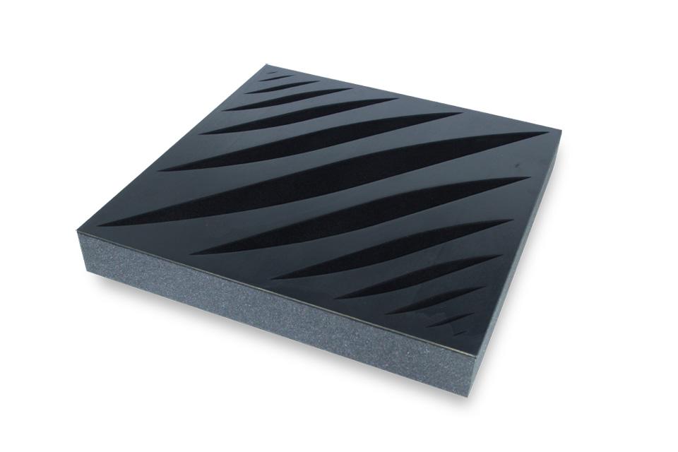 Polyester skum og perforeret sort MDF front giver et flot visuelt udtryk til ethvert rum, samt absorbering i de mellem til høje frekvenser.