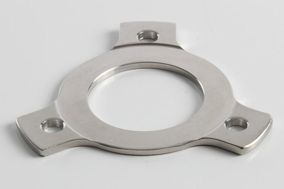 2 mm. afstandsstykke til Rega tonearme, der typisk skal anvendes når en pick-up af andet mærke skal monteres på tonearmen.