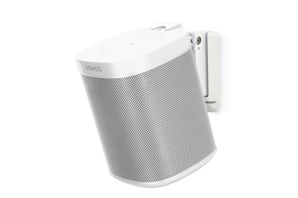Vægbeslag til nem og sikker vægmontering af en Sonos One højttaler. Dette vægbeslag kan tilte op til 15° og dreje op til 80° (40° til hver side).