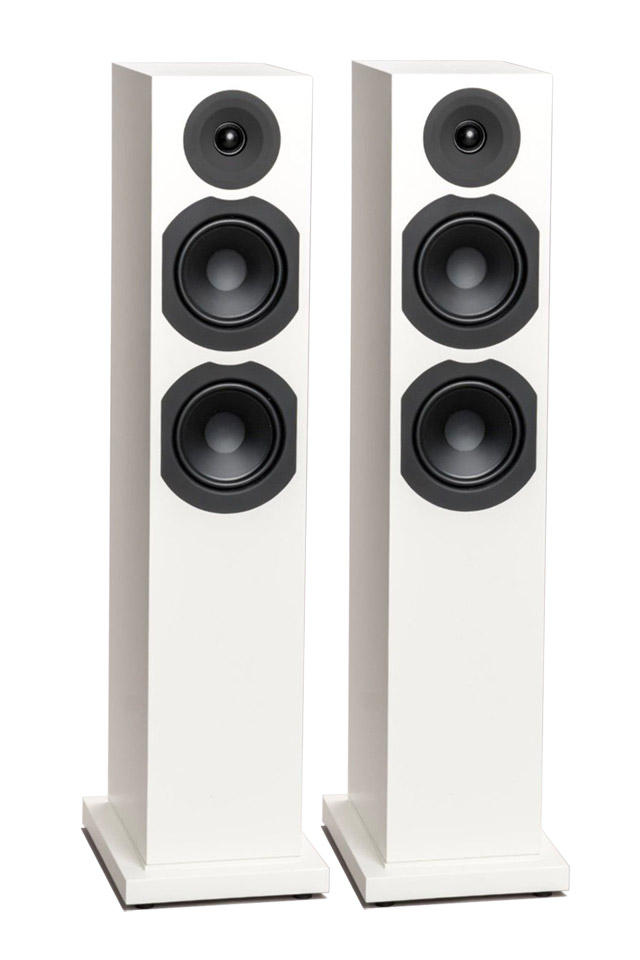 Stor lyd fra en kompakt gulvhøjttaler. Saxo 40 leveres i hvid eller sort satin og har et magnetisk frontstof.