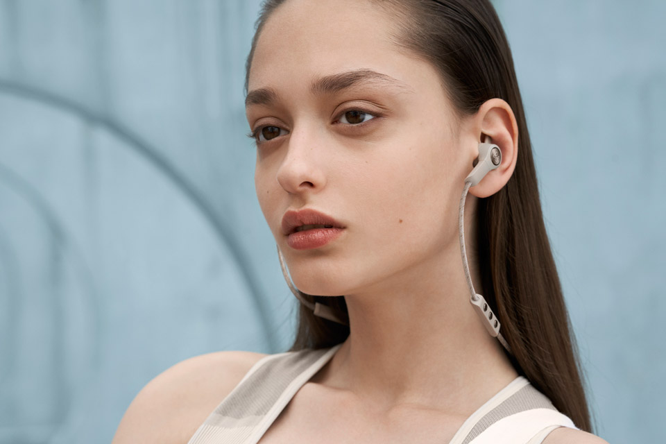 B&O Play E6 in-ear hovedtelefoner, lifestyle