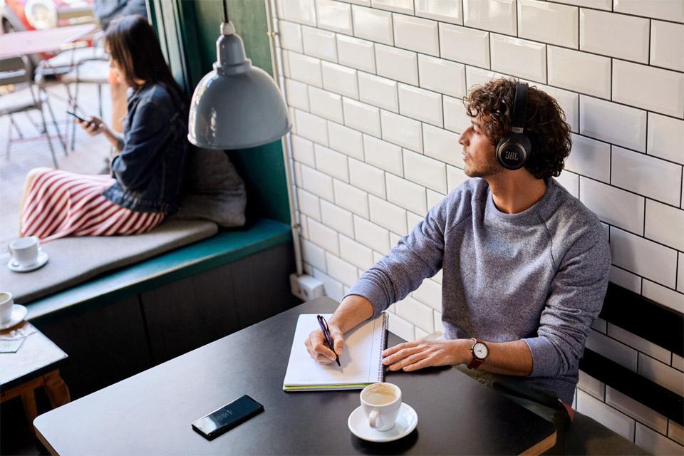 JBL Live 650BTNC hovedtelefoner, lifestyle