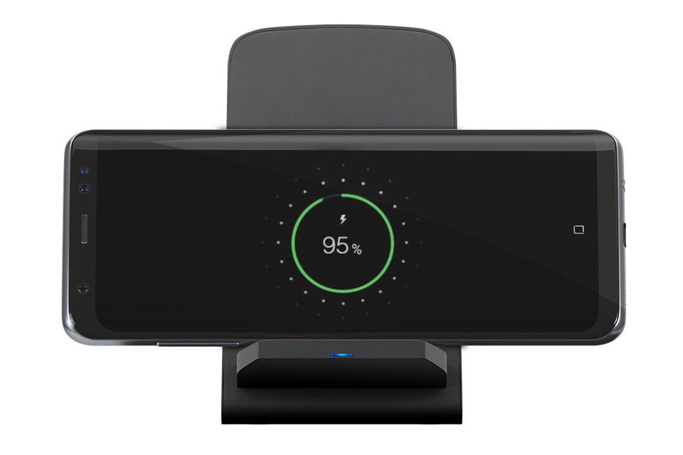 Goobay Deskstand Wireless Fast Charger in use