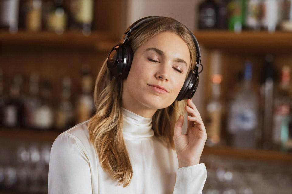 JBL CLUB 700BT headphones