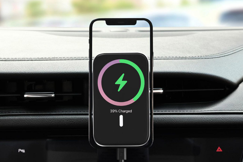eSTUFF MagSafe car charger with USB-C cable (15W) - Lifestyle
