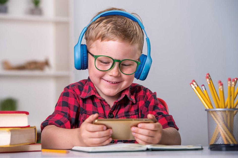 Lenco HPB-110 foldable kids Bluetooth headphone - Blue lifestyle