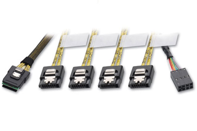 Mini SAS kabel med SFF-8087 stik til forbindelse af 4 SATA enheder, samt strømtilslutning.