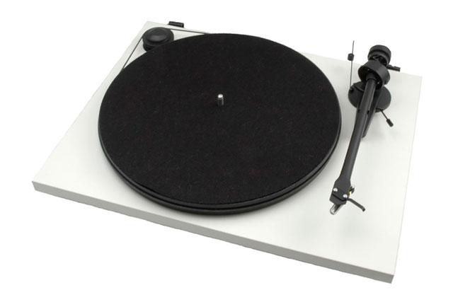 Anmelderrost pladespiller fra Pro-Ject til en stærk pris, med OM-5e pickup fra Ortofon. Kan leveres med eller uden indbygget RIAA.